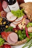 Ein Aufbau des Fleisches und des Gemüses mit Wein Lizenzfreie Stockfotografie