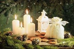 Ein Aufbau von den Kerzen, Spielwaren des neuen Jahres auf einem dunklen Hintergrund Stockfoto