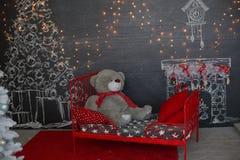 Ein Aufbau von den Kerzen, Spielwaren des neuen Jahres auf einem dunklen Hintergrund Dunkles Fantasiethema Stockbild