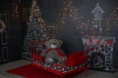 Ein Aufbau von den Kerzen, Spielwaren des neuen Jahres auf einem dunklen Hintergrund Dunkles Fantasiethema stockbilder