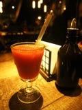 Ein Auffrischungserdbeerschlamm in einem Glas auf einem Weinleseholztisch in einem Restaurant stockfotografie