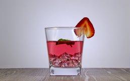Ein Auffrischungsgetr?nk des Erdbeersafts mit einem tadellosen Blatt stockfoto