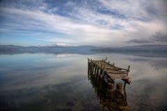 Ein aufgegebener Pier lizenzfreie stockfotografie