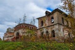 Ein aufgegebenes Außengebäude zu einer verfallenen Kirche Das Dorf von R Lizenzfreie Stockbilder