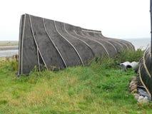 Ein aufgegebenes Boot auf Lindisfarne die heilige Insel Lizenzfreie Stockfotos