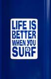 Ein Aufkleber mit dem Aufschrift Leben ist besser, wenn Sie surfen stockfoto