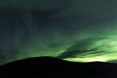 Nordlichter über einem Berg in Island Lizenzfreie Stockfotografie