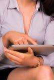Schöne junge Frau, die ein ipad Tablettegerät verwendet Stockbilder