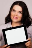 Schöne junge Frau, die ein ipad Tablettegerät verwendet Lizenzfreies Stockbild