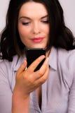 Schöne junge Geschäftsfrauen mit iphone tragbarem Gerät stockfotos