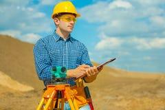 Ein Auftragnehmerschreiben im Klemmbrett Lizenzfreie Stockfotos