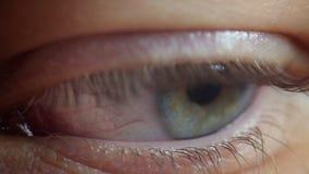 Ein Auge zuckt nervös stock video footage