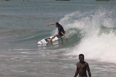 Ein Ausflug tut das wirkliche Surfen in Lagos-Strand, Bewunderer schauen an lizenzfreie stockbilder