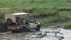 Ein Ausflugfahrzeug, das einen Fluss kreuzt stock video footage