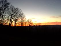 Ein ausgezeichneter Sonnenuntergang auf dem Abfall zum Tal stockfotos