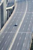 Ein Auto auf Datenbahn stockfotografie