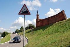Ein Auto, das durch Bänder verziert wird, fährt in den Kreml in Kolomna, Russland Stockfotografie
