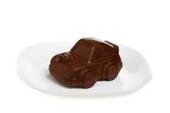 Ein Auto der süßen Schokolade auf weißer Platte Stockfotos