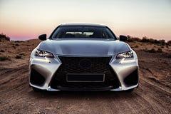 Ein Auto in der silbernen Farbe ohne Logos in der Wüste in der goldenen Stunde lizenzfreies stockbild