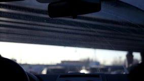 Ein Auto fährt über eine Straße, die mit Autos gestaut wird, es fährt unter eine Brücke, die Sonnenvorhänge die Augen Langsame Be stock video footage