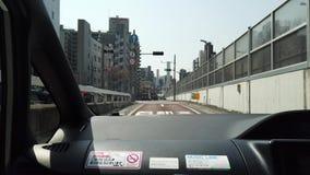 Ein Auto fährt durch Tokyo-Verkehrstunnels stock video