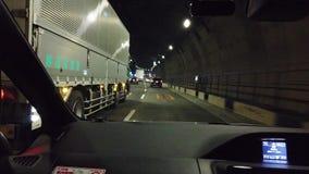 Ein Auto fährt durch Tokyo-Verkehrstunnels stock footage