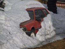 Ein Auto innerhalb des weißen Schnees stockfoto