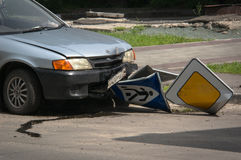 Ein Auto mit einem Zusammenbruch längsseits stockfotos