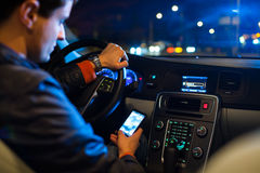 Fahren eines Autos nachts Lizenzfreie Stockbilder