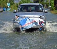 Ein Auto-Reisen durch eine überschwemmte Straße Stockbilder