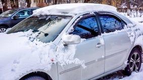 Ein Auto unter dem Schnee Stockbild