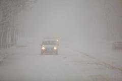 Ein Auto während eines Blizzards Stockfotos
