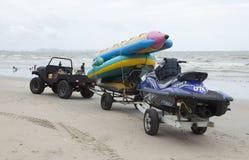 Ein Auto 4x4, das eine Rikscha auf dem Strand des Si Racha zieht Stockfotografie