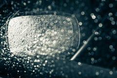 Ein Autospiegel gesehen durch nasses Fenster Stockbild