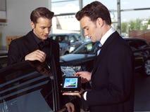 Ein Autoverkäufer opi Lizenzfreies Stockbild