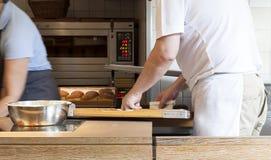 Ein Bäcker und der Ofen Stockbild