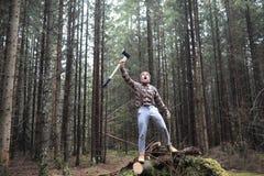 Ein bärtiger Holzfäller mit einer großen Axt stockbilder
