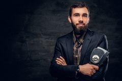 Ein bärtiger Mann kleidete in einer Klage hält Videokamera der Weinlese 8mm an Lizenzfreies Stockfoto
