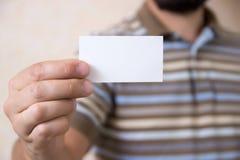 Ein bärtiger Mann mit einer Visitenkarte Stockfotos