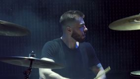 Ein bärtiger Mann spielt Trommeln in der Dunkelheit auf Stadium stock footage