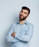 Ein bärtiges Mannlächeln Stockfotos
