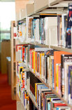Ein Bücherregal in einer Bibliothek Stockbilder