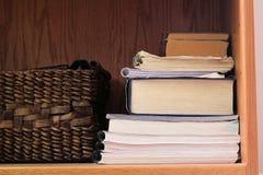 Ein Bücherregal mit einem Korb Stockfotos