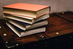 Ein Bündel alte, schmutzige Bücher auf einem hölzernen Kasten Lizenzfreie Stockfotos