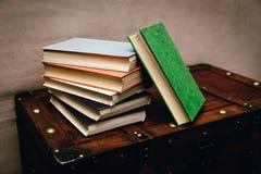 Ein Bündel alte, schmutzige Bücher auf einem hölzernen Kasten Lizenzfreies Stockbild