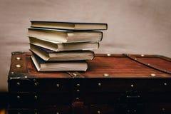 Ein Bündel alte, schmutzige Bücher auf einem hölzernen Kasten Stockbild