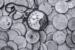 Ein Bündel alte Silbermünzen mit einer defekten Taschenuhr auf die Oberseite Lizenzfreies Stockbild