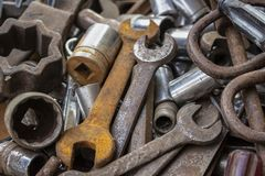 Ein Bündel alte Werkzeuge einige rostig in einem Haufen lizenzfreies stockfoto