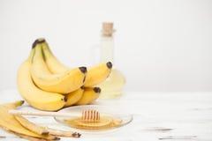 Ein Bündel Bananen, Honig, Bananenschale, Olivenöl Lizenzfreie Stockfotos