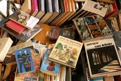 Ein Bündel benutzte Bücher am Barcelona-Markt stockfoto